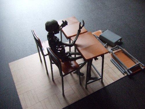 学校の机と椅子と骸骨剣士