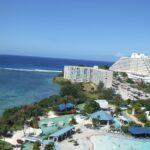 グアムの海とホテルとプール